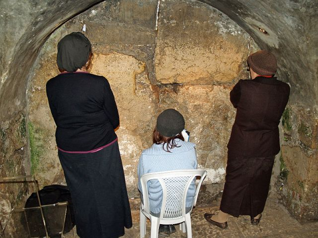 Jewish Women_praying_in_the_Western_Wall-
